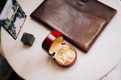 Γαμήλια δαχτυλίδια σε ένα κόκκινο κιβώτιο για τα δαχτυλίδια Στοκ Εικόνες