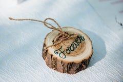 Γαμήλια δαχτυλίδια σε ένα ξύλινο πλαίσιο Στοκ Εικόνες