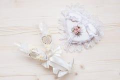Γαμήλια δαχτυλίδια σε μαξιλάρι και δύο γαμήλια γυαλιά Στοκ φωτογραφία με δικαίωμα ελεύθερης χρήσης