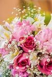 Γαμήλια δαχτυλίδια σε μια ανθοδέσμη λουλουδιών Στοκ φωτογραφία με δικαίωμα ελεύθερης χρήσης