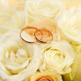 γαμήλια δαχτυλίδια σε μια ανθοδέσμη των λουλουδιών για τη νύφη Στοκ φωτογραφία με δικαίωμα ελεύθερης χρήσης