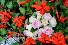 Γαμήλια δαχτυλίδια σε μια ανθοδέσμη των τριαντάφυλλων Στοκ εικόνα με δικαίωμα ελεύθερης χρήσης