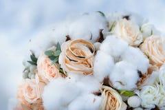 Γαμήλια δαχτυλίδια σε μια ανθοδέσμη των τριαντάφυλλων Στοκ Φωτογραφία