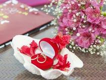 Γαμήλια δαχτυλίδια σε μια περίπτωση κοσμημάτων Στοκ Εικόνες