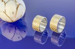 Γαμήλια δαχτυλίδια στα μπλε glas στοκ φωτογραφίες