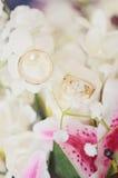 Γαμήλια δαχτυλίδια στα λουλούδια Στοκ Εικόνα