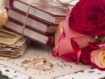 Γαμήλια δαχτυλίδια στην εκλεκτής ποιότητας ρύθμιση Στοκ φωτογραφία με δικαίωμα ελεύθερης χρήσης