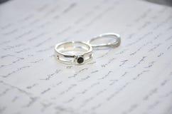 Γαμήλια δαχτυλίδια στην ομιλία Στοκ Φωτογραφίες
