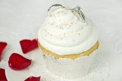 Γαμήλια δαχτυλίδια στην τήξη cupcake Στοκ Εικόνα