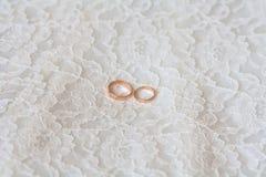 Γαμήλια δαχτυλίδια στη δαντέλλα Στοκ Εικόνα