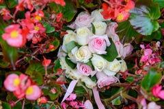 Γαμήλια δαχτυλίδια στη γαμήλια ανθοδέσμη στα λουλούδια Στοκ Φωτογραφία