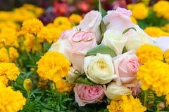 Γαμήλια δαχτυλίδια στη γαμήλια ανθοδέσμη στα λουλούδια Στοκ Εικόνα