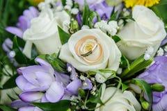Γαμήλια δαχτυλίδια στη γαμήλια ανθοδέσμη Στοκ εικόνα με δικαίωμα ελεύθερης χρήσης