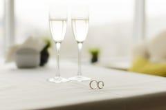 Γαμήλια δαχτυλίδια στον καφέ Στοκ Φωτογραφίες