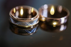 Γαμήλια δαχτυλίδια στον πίνακα γυαλιού σε γραπτό Χρυσός στοκ εικόνες με δικαίωμα ελεύθερης χρήσης