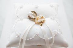 Γαμήλια δαχτυλίδια στο άσπρο μαξιλάρι με τη δαντέλλα και τις χάντρες Στοκ εικόνες με δικαίωμα ελεύθερης χρήσης
