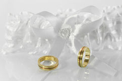 Γαμήλια δαχτυλίδια στο άσπρο τόξο 2 στοκ φωτογραφία με δικαίωμα ελεύθερης χρήσης