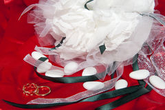 Γαμήλια δαχτυλίδια στο ζωηρόχρωμο ύφασμα Στοκ Φωτογραφίες