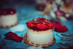 Γαμήλια δαχτυλίδια στο κέικ Στοκ εικόνες με δικαίωμα ελεύθερης χρήσης