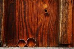 Γαμήλια δαχτυλίδια στο ξύλινο υπόβαθρο Έννοια αγάπης του γάμου Στοκ Εικόνα