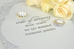Γαμήλια δαχτυλίδια στο σύγχρονο invitaion Στοκ φωτογραφίες με δικαίωμα ελεύθερης χρήσης