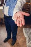 Γαμήλια δαχτυλίδια στο χέρι του νεόνυμφου Στοκ εικόνα με δικαίωμα ελεύθερης χρήσης