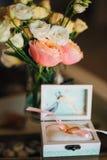 Γαμήλια δαχτυλίδια των newlyweds σε ένα κιβώτιο Χρυσά δαχτυλίδια δέσμευσης Στοκ Εικόνες