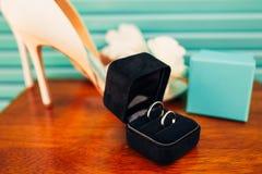 Γαμήλια δαχτυλίδια των newlyweds σε ένα κιβώτιο Χρυσά δαχτυλίδια δέσμευσης Στοκ Εικόνα