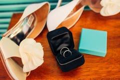 Γαμήλια δαχτυλίδια των newlyweds σε ένα κιβώτιο Χρυσά δαχτυλίδια δέσμευσης Στοκ εικόνα με δικαίωμα ελεύθερης χρήσης
