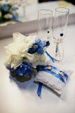 Γαμήλια δαχτυλίδια, goblets, λουλούδια και εξαρτήματα Στοκ Εικόνες