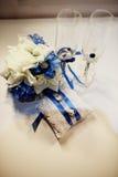 Γαμήλια δαχτυλίδια, goblets, λουλούδια και εξαρτήματα Στοκ Εικόνα