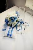 Γαμήλια δαχτυλίδια, goblets, λουλούδια και εξαρτήματα Στοκ φωτογραφία με δικαίωμα ελεύθερης χρήσης