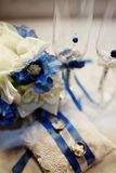 Γαμήλια δαχτυλίδια, goblets, λουλούδια και εξαρτήματα Στοκ εικόνες με δικαίωμα ελεύθερης χρήσης