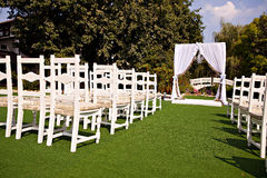 Γαμήλια αψίδα με έναν πολυέλαιο Στοκ φωτογραφία με δικαίωμα ελεύθερης χρήσης