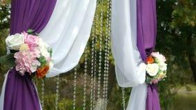 Γαμήλια αψίδα, ντεκόρ, τελετή, λουλούδια απόθεμα βίντεο
