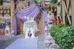 Γαμήλια αψίδα στο πορφυρό ντεκόρ στοκ φωτογραφία