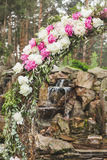 Γαμήλια αψίδα των peonies στοκ εικόνα