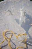 Γαμήλια γυαλιά και δαχτυλίδια στα κοχύλια και τον αστερία Πίνακας με την κάλυψη δαντελλών Στοκ Εικόνα