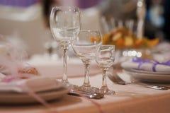 Γαμήλια γυαλιά που γεμίζουν με τη σαμπάνια στο συμπόσιο Στοκ Φωτογραφία