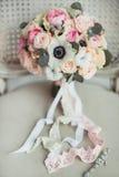 Γαμήλια εξαρτήματα: ανθοδέσμη μπουτονιέρων και νυφών ` s Στοκ φωτογραφία με δικαίωμα ελεύθερης χρήσης