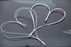 Γαμήλια διακόσμηση αυτοκινήτων - δύο καρδιές Στοκ εικόνα με δικαίωμα ελεύθερης χρήσης