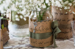 Γαμήλια διακόσμηση για τον πίνακα, άσπρα λουλούδια στο βάζο γυαλιού, PL Στοκ εικόνα με δικαίωμα ελεύθερης χρήσης