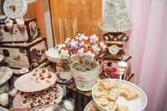 Γαμήλια διακόσμηση την κρητιδογραφία που χρωματίζονται με cupcakes, τις μαρέγκες, muffins και macarons στοκ εικόνες
