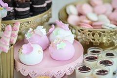 Γαμήλια διακόσμηση την κρητιδογραφία που χρωματίζονται με cupcakes, τις μαρέγκες, muffins και macarons Κομψή και πολυτελής ρύθμισ στοκ εικόνες με δικαίωμα ελεύθερης χρήσης