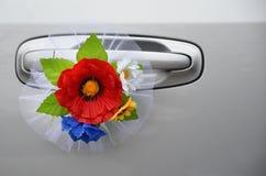 Γαμήλια διακόσμηση των λουλουδιών στη λαβή της κινηματογράφησης σε πρώτο πλάνο αυτοκινήτων Στοκ Φωτογραφία