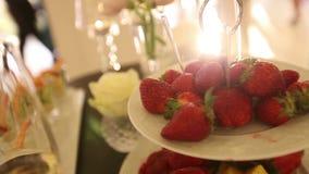Γαμήλια διακόσμηση, φράουλα, γαμήλια διακόσμηση, γαρίδες απόθεμα βίντεο