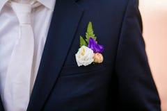 Γαμήλια μπουτονιέρα στο κοστούμι Στοκ εικόνα με δικαίωμα ελεύθερης χρήσης