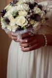 Γαμήλια νυφική ανθοδέσμη με τα δαχτυλίδια Στοκ Φωτογραφία