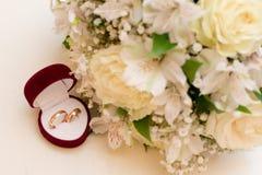 Γαμήλια νυφική ανθοδέσμη με τα δαχτυλίδια Στοκ Εικόνες
