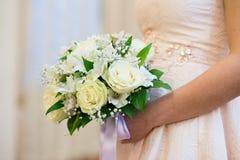 Γαμήλια νυφική ανθοδέσμη με τα δαχτυλίδια Στοκ φωτογραφίες με δικαίωμα ελεύθερης χρήσης